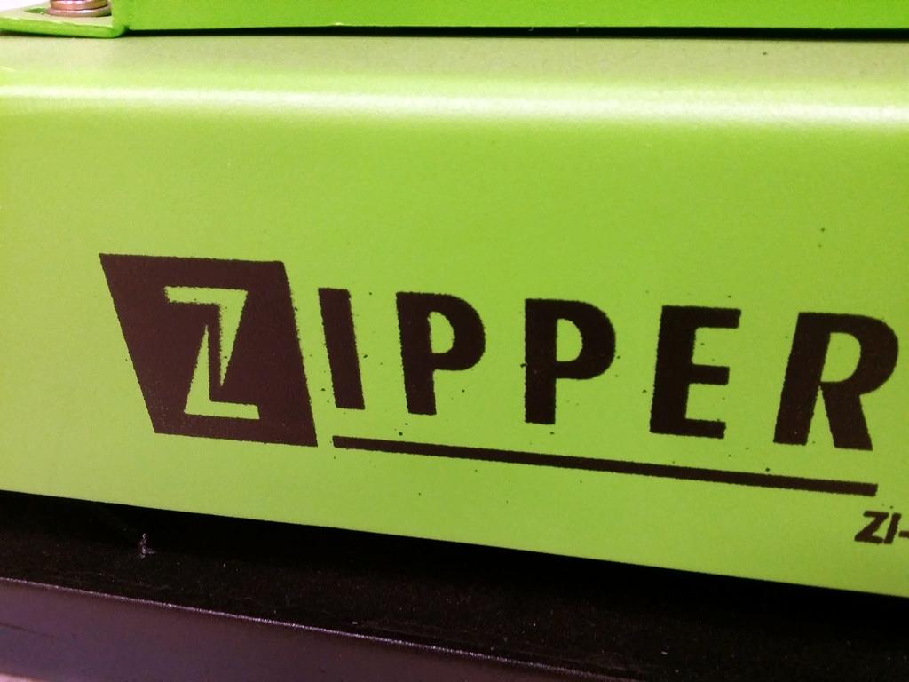 Zipper Logo auf einem grünen Dumper